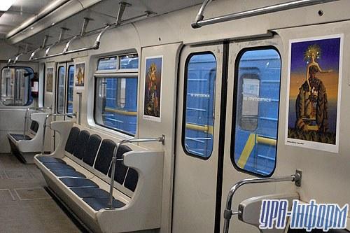 Сколько просуществует «арт-поезд», зависит только от пассажиров и их уважения к искусству. В первое время сотрудники метрополитена еще будет переклеивать испорченные репродукции, сдирать с них рекламу, но их терпение не вечно